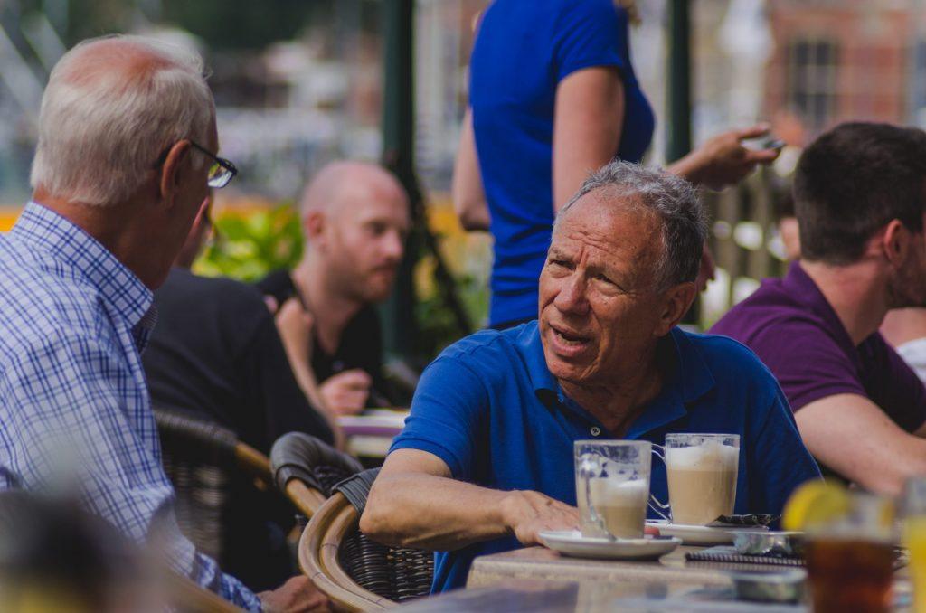 Ein ruhiger Ort und die volle Aufmerksamkeit sind bei einem ersten Treffen von großer Bedeutung. Bildquelle: © Shane Rounce / Unsplash.com
