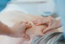Massagen helfen ebenfalls gegen Rückenschmerzen und lösen oftmals unangenehme verspannungen. Bildquelle: © Toa Heftiba / Unsplash.com
