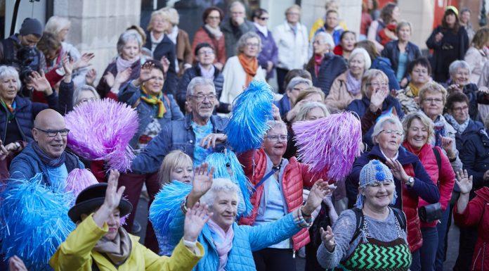 Bunt, bunt und nochmals bunt war es beim diesjährigen Seniorenflashmob auf dem Heinrich-Heine-Platz in Düsseldorf. Bildquelle: © Bine Bellmann