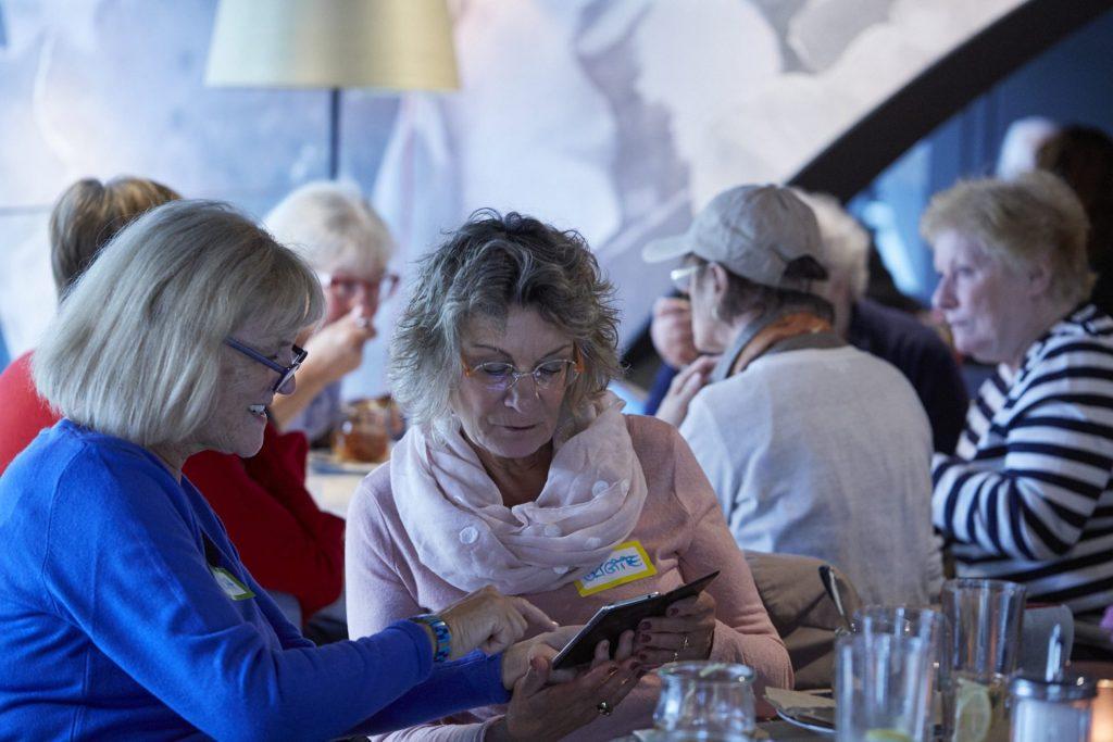 """Neue Begegnungen, tolle Gespräche und am Ende der Austausch von Telefonnummern für eine weitere Verabredung war nicht selten das Ergebnis der """"After Flashmob Party"""". Bildquelle: © Bine Bellmann"""