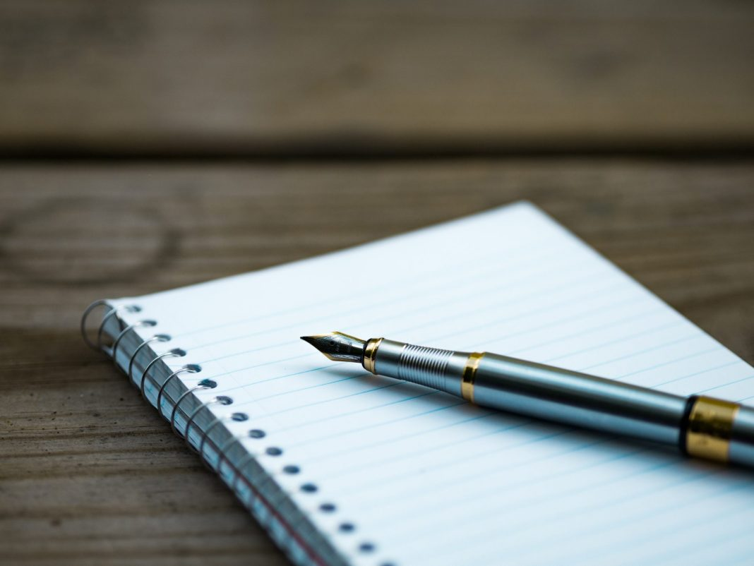 Die Betreuungsvollmacht kann handschriftlich verfasst werden und sollte aber beim Zentralregister hinterlegt werden. Bildquelle: © Aaron Burden / Unsplash.com