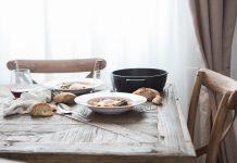 Essen bedeutet Gesellschaft, daher tun sich viele Menschen schwer allein gut für sich zu sorgen. Bildquelle: © Brooke Lark / Unsplash.com
