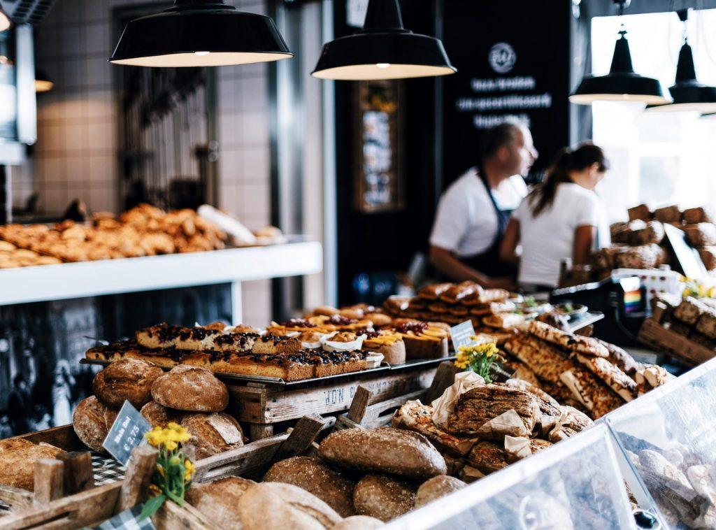 Auch viele Bäckereien und Metzgereien bieten inzwischen ein gute Auswahl an warmen Gerichten an. Bildquelle: © Roman Kraft / Unsplash.com