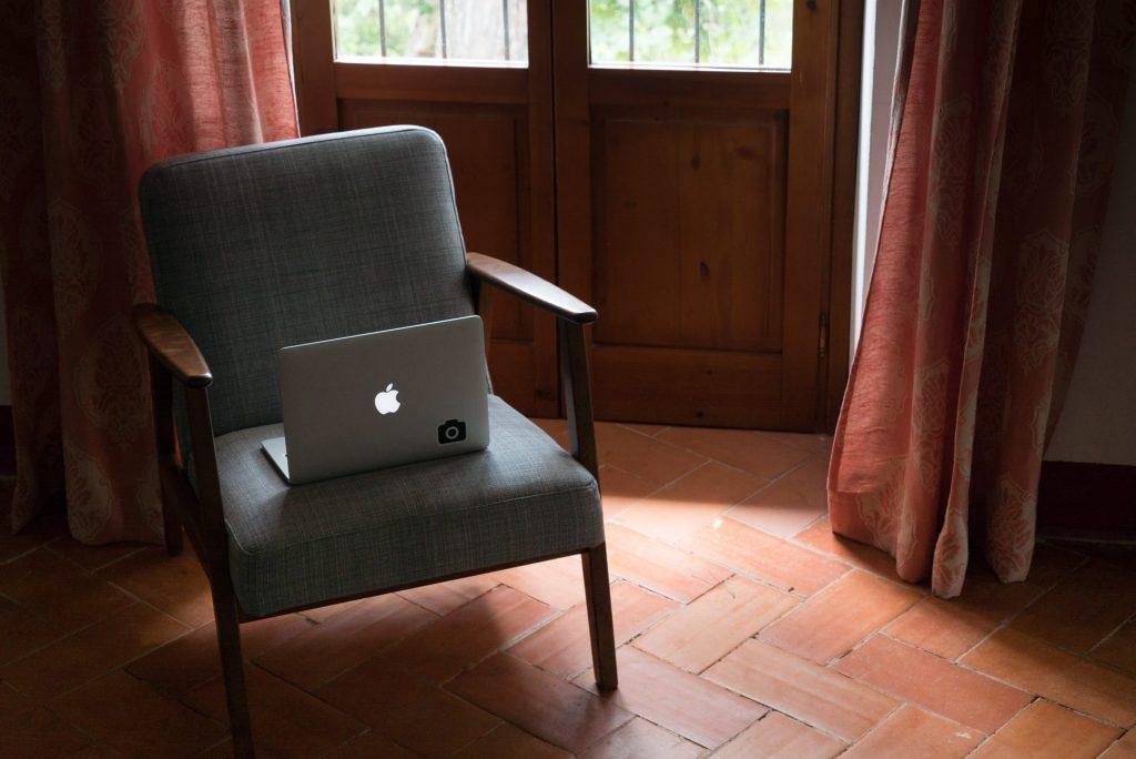 Den Zugang zum Internet sollten allen Bewohnern in einem Alten- oder Seniorenheim gewährt werden. Bildquelle: © Holly Stratton / Unsplash.com