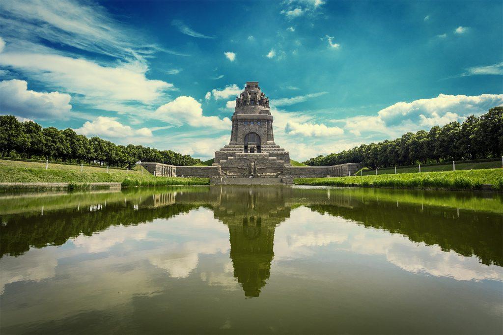 Das Völkerschlachtdenkmal mit dem See der Tränen ist, wenn man in leipzig ist, aif jeden Fall einen Besuch wert. Bildquelle: Pixabay.de