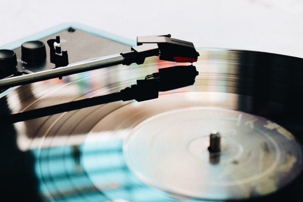 Musik kann, wenn sie richtig eingesetzt wird, einen Zugang schaffen. Ist aber nicht automatisch der Schlüssel bei an Demenz erkrankten Menschen. Bildquelle: © Skylar Sahakian / Unsplash.com