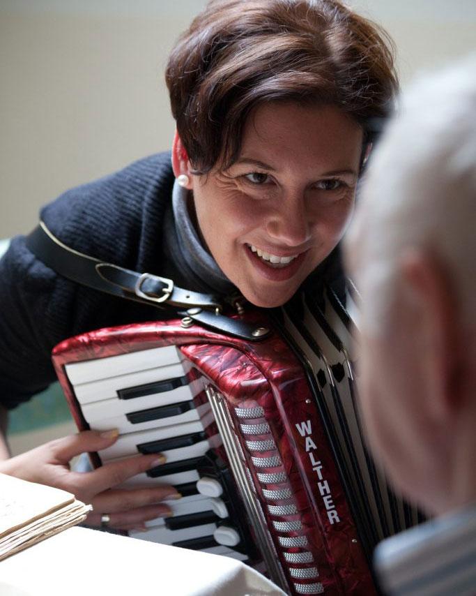 Simone Plechinger ist Musiktherapeutin mit Leib und Seele und brennt für eine veränderte Sicht im Umgang mit Menschen mit Demenz. Bildquelle: © Heike Rössing