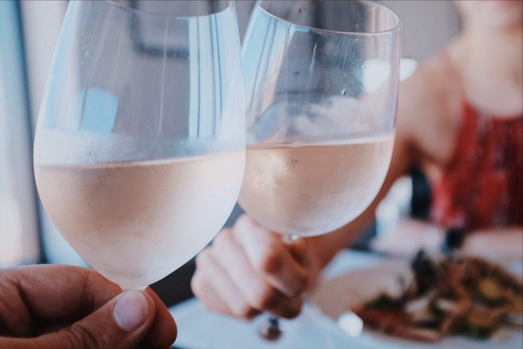 Zu einem Wellnessurlaub gehört auch der abendliche Genuss eines guten Glas Wein. Bildquelle: Vincenzo Landino / Unsplash.com