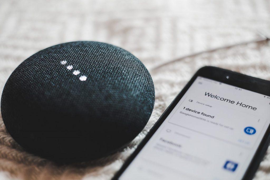 Die Zukunft liegt in den technischen Neuerungen wie virtuellen Sprachassistenen oder dem für uns schon völlig normalen Smartphone. Bildquelle: © Bence Boros / Unsplash.com