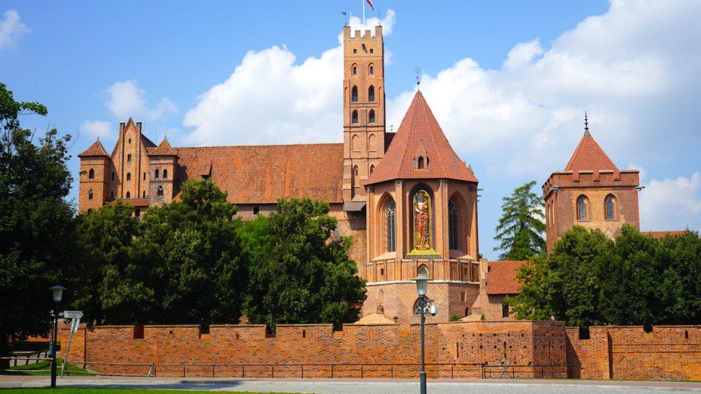 Den größten Backsteinbau Europas können Sie sich in Malbork anschauen. Dort steht die nahezu original erhaltene Marienburg und vermittelt einen tollen Eindruck der damaligen Bauweise der Ordensburgen. Bildquelle: © Beate Ziehres