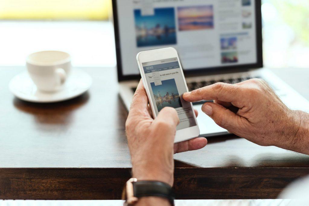 Dank der red button Funktion benötigen Sie keine zwei Geräte mehr, um zusätzliche Nachrichten und Informationen abrufen zu können. Bildquelle: ©Rawpixel / Unsplash.com