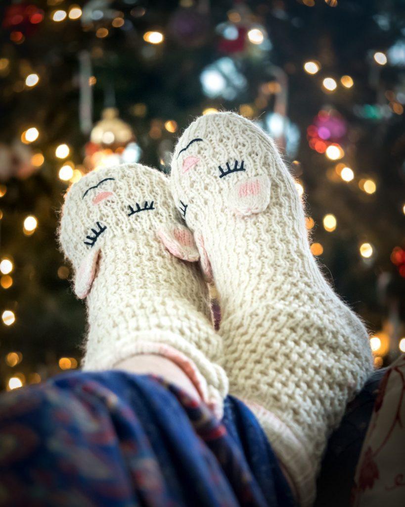Warme Füße und damit ein angenehmes Wohlbefinden bekommt man besonders gut mit einem guten Paar Wollsocken. Bildquelle: © Rosie Kerr / Unsplash.com