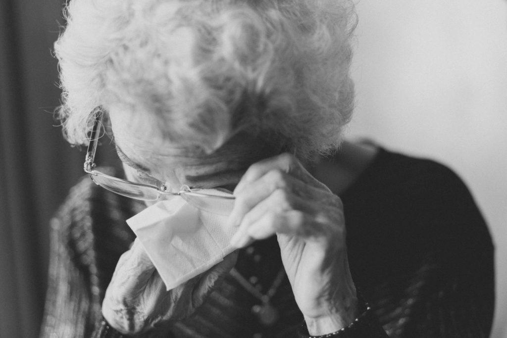 Trauer soll und muss auch von Menschen mit Demenz verarbeitet werden. Bildquelle: © Jeremy Wong / Unsplash.com