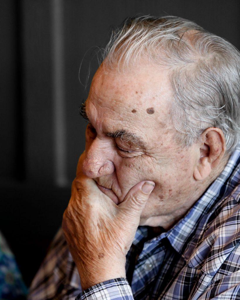 Der offene Umgang mit Gefühlen ist uns in der heutigen Zeit oft fremd, aber in der Begegnung mit Menschen mit Demenz unsagbar wichtig. Bildquelle: © Tim Doerfler / Unsplash.com