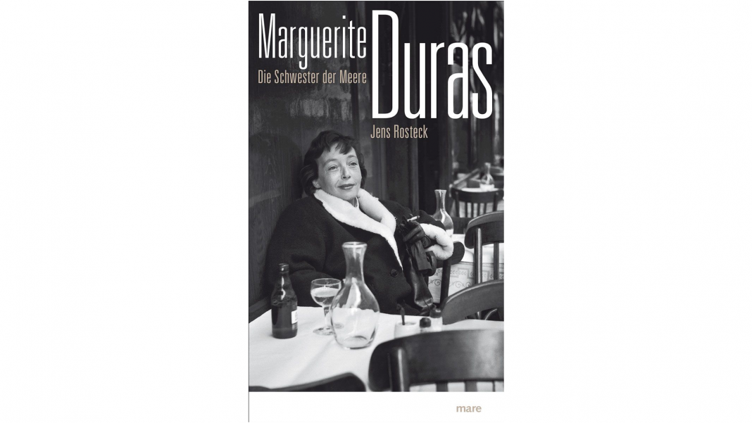 Marguerite Duras machte sich ihrer Zeit vor allem durch amouröse Eskapaden einen Namen, Jens Rosteck schreibt in seinem neuen Buch für ihre bislang eher unbekannte Liebe zum Meer. Bildquelle: mare Verlag