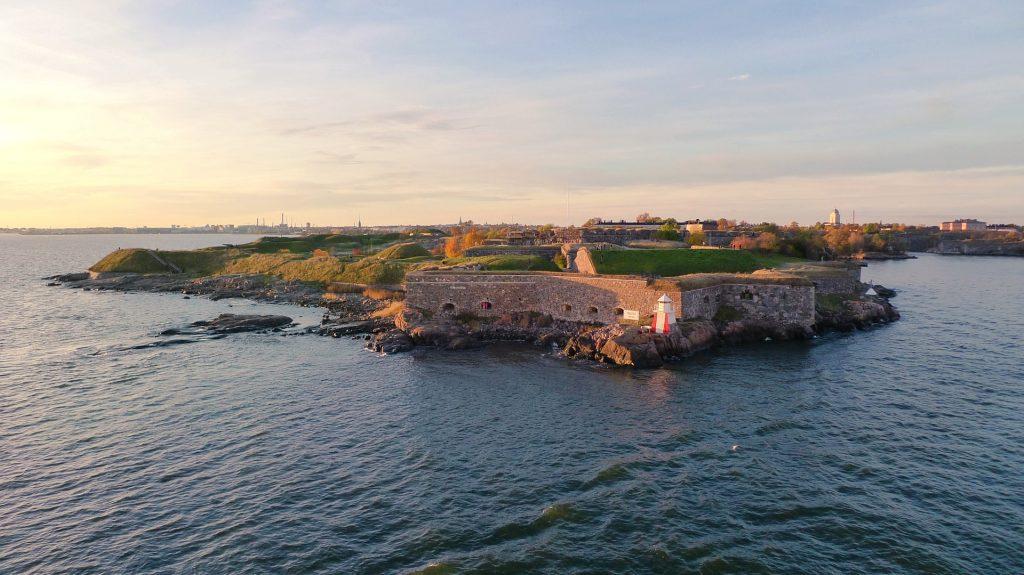 Die Festungsanlage Suomenlinna liegt unweit von Helsinki entfernt und ist einen Besuch wert. Bildquelle: Pixabay.de