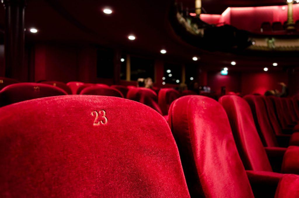 Oft gibt es auch im Theater, der Oper oder im Kino die Möglichkeit kleine Nebenjobs zu übernehmen. Bildquelle: © Kilyan Sockalingum / Unsplash.com