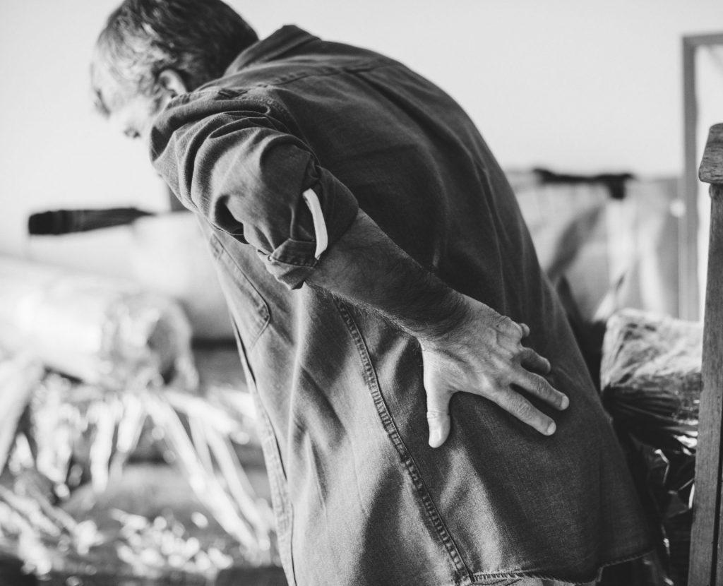 Vor allem Probleme mit dem Rücken sorgen häufig für einen längeren Arbeitsausfall. Bildquelle: © Rawpixel / Unsplash.com