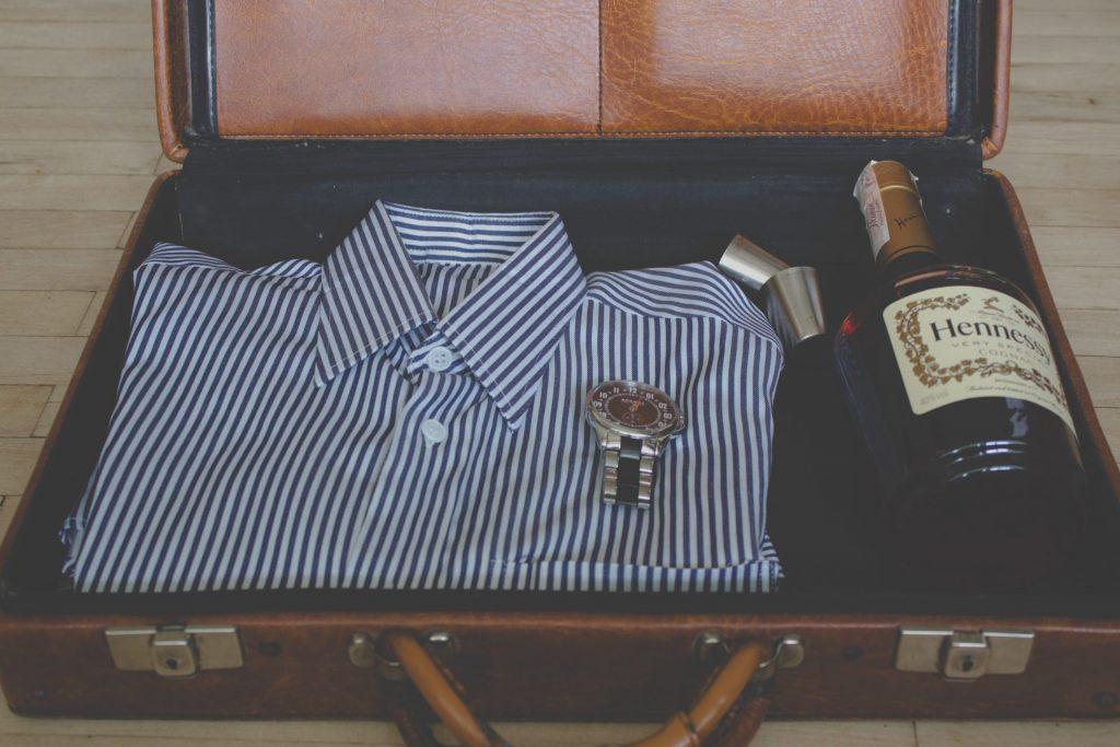 Das gut sitzende Hemd und idealerweise noch das passende Getränk dazu, machen den Mann der Generation 59plus heute aus. Bildquelle: © Angelina Litvin Unsplash.com