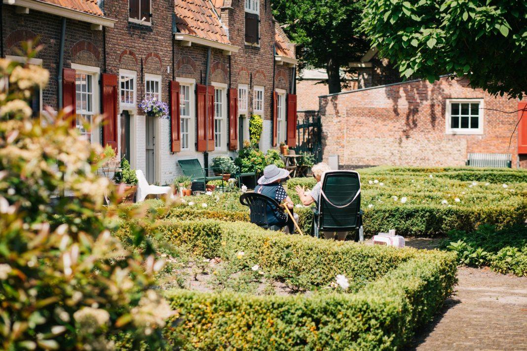 Entspannt jede Treppe meistern, auch im Alter. Die Lösung könnte ein gebrauchter Treppenlift sein. Bildquelle: © Joyce Huis / Unsplash.com