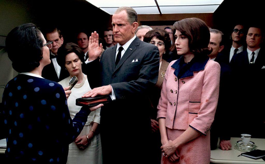 LBJ bei der Amtseinführung, neben ihm die Frau seines Vorgängers; Jackie Kennedy gespielt von Kim Allen. Bildquelle: EuroVideo Medien GmbH
