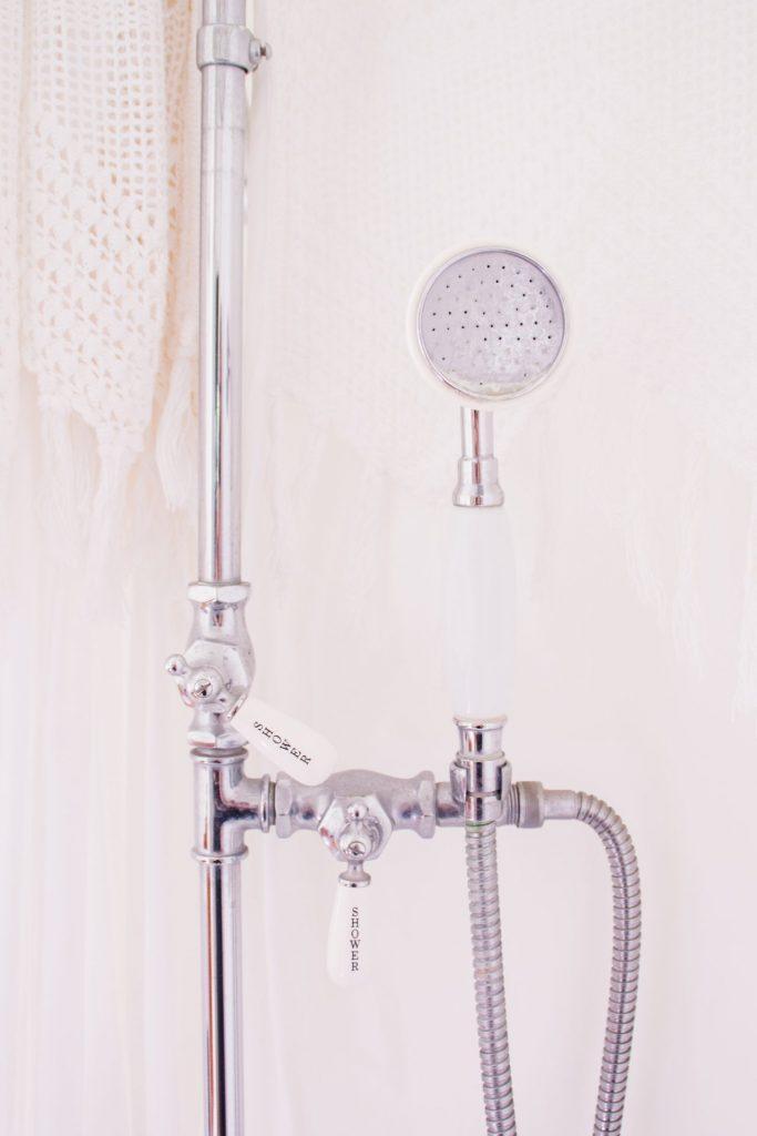 Sollten Sie morgens heiß duschen, hängen Sie doch einfach mal zerknitterte Blusen oder HemdIn der Dusche können Sie zum einen krause Klamotten glatt bekommen. Dennoch mpssen wir nicht jeden Tag duschen, sondern kommen auch durchaus auch mal mit einer Katzenwäsche zurecht. Bildquelle: © Abigail Lynn / Unsplash.com
