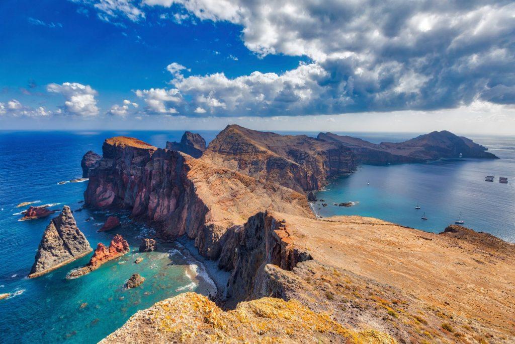 Die optisch rauhe Küste Portugals lädt vor allem durch sein mildes Klima ein, den Ruhestand dort zu verbringen. Bildquelle: © Adam Smigielski / Unsplash.com
