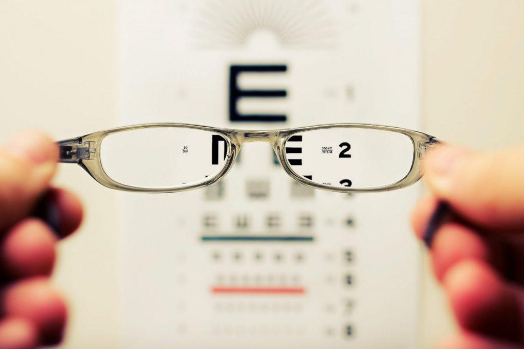 Ein Sehtest beim Augenarzt bringt Klarheit welche Gläserstärke notwendig ist. Bildquelle: © David Travis / Unsplash.com