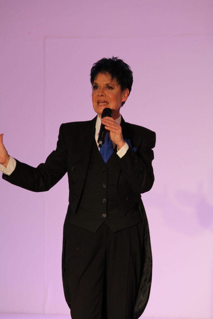 Petra Nova liebt die Bühne als Moderatorin und Sängerin gleichermaßen. Bildquelle: © Petra Nova