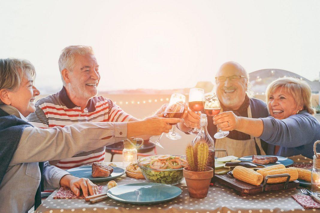 Auch das Glas Wein am Abend wirkt sich positiv auf den Flüssigkeitshaushalt aus. Bildquelle: Shutterstock.com