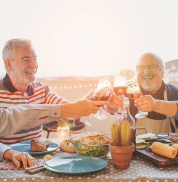 Viele von uns trinken sehr gern ein Gläschen Wein, wissen jedoch beim Kauf oft nicht worauf es zu achten gilt oder können nur wenig mit den Bezeichnungen anfangen. Bildquelle: shutterstock.com