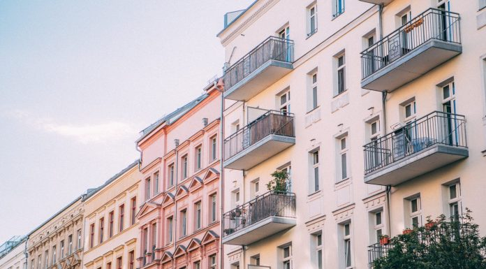 Für viele Menschen vor allem in Altbauten ist der Treppenlift eine perfekte Lösung in den eigenen Wohnungen bleiben zu können. Bildquelle: © Jonas Denil / Unsplash.com