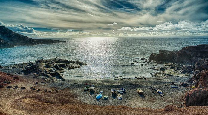 Einen ganz eigenen Reiz übt die karge Vulkanlandschaft auf die Besucher Lanzarotes aus. Vor allem die schwarzen Sandstrände findet man sonst nur auf Hawaii. Bildquelle: Pixabay.de