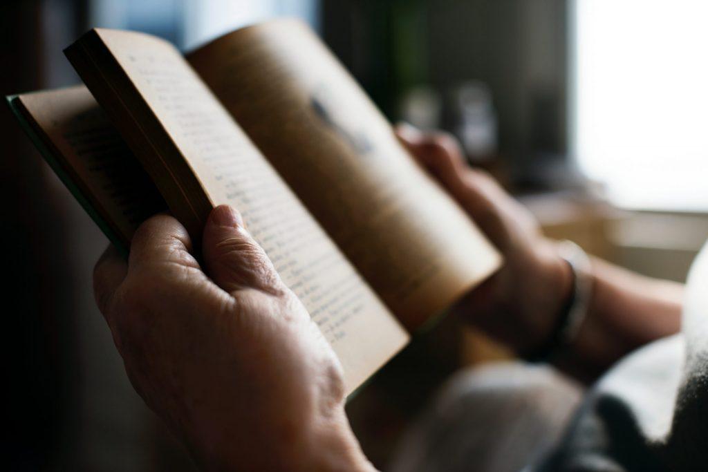Rückzug ist ein nicht seltenes Phänomen der Generation 59plus, wenn der Partner verstorben ist. Bildquelle: © Rawpixel / Unsplash.com