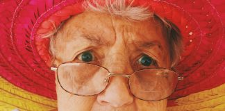 Ein skeptische Blick ist durchaus berechtigt, wenn man sieht die wie Regierung mit den Geldern der Rentner umgeht. Bildquelle: ©Alex Harvey / Unsplash.com