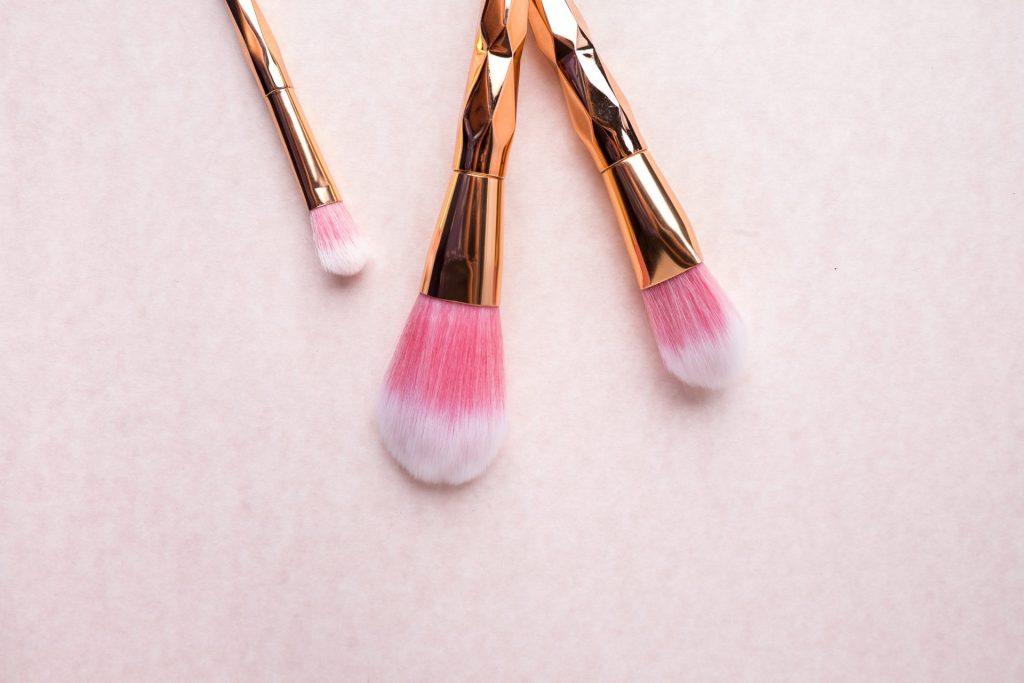 Die richtige Auswahl an Pinseln vereinfacht das richtige Auftragen von Rouge. Bildquelle: © Hazel Olayres / Unsplash.com