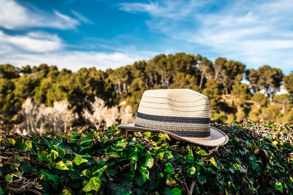 Eine passende Kopfbedeckung sollte uns Menschen der Generation 59plus ab dem Frühling mehr oder weniger dauerhaft beleiten. Sie schützt nicht nur gegen die Sonne, sondern sieht auch noch schick aus. Bildquelle: © Humberto Braojos / Unsplash.com