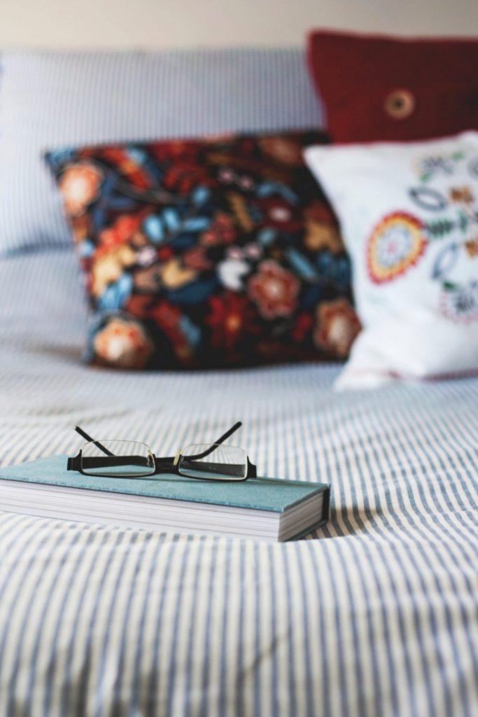 Auch das Ambiente im Schlafzimmer spielt bis ins hohe Alter ein große Rolle für das Wohlbefinden. Bildquelle: © Kari Shea / Unsplash.com