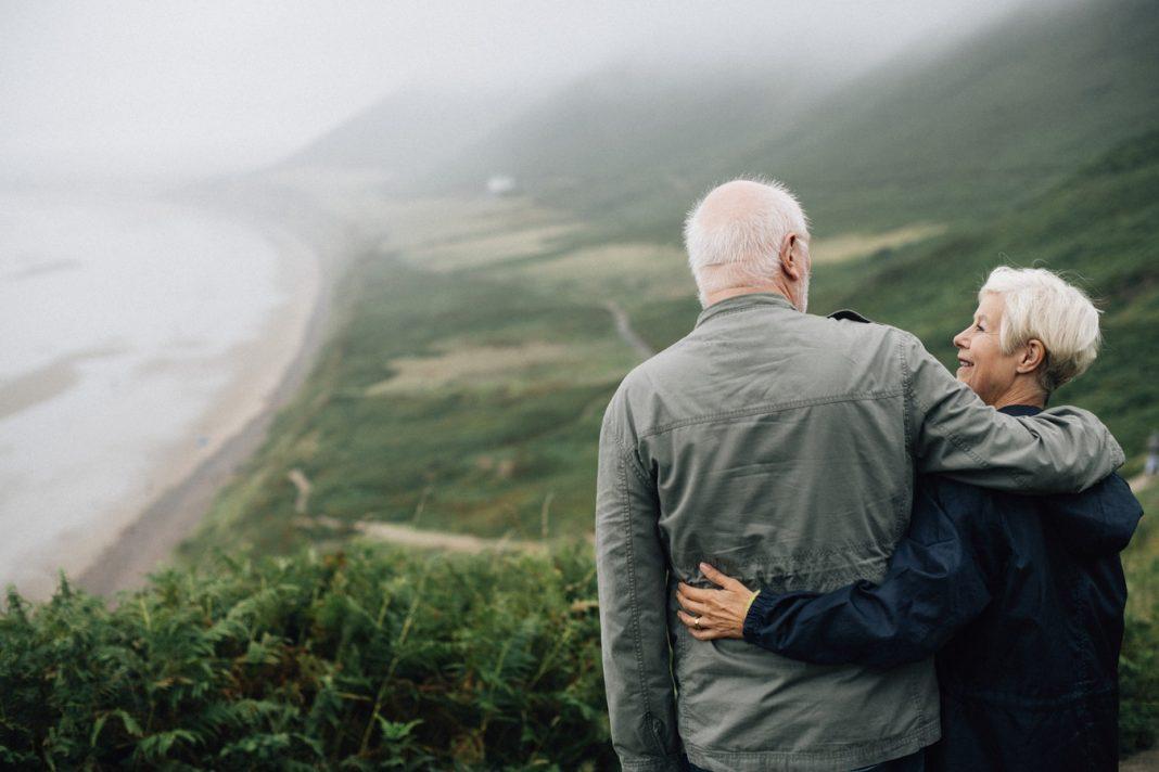 Ein Leben lang - dieses Versprechen können viele Paare nicht halten. Autorin Julia Grosse hat sich auf den Weg gemacht, um diejenigen zu befragen, die ihr Versprechen halten konnten. Bildquelle: unsplash.com/rawpixel