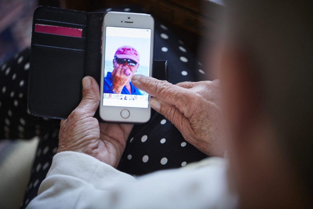 Der kleine Bildschirm des Smartphones schränkt sicherlich den ein oder anderen von uns ein, da häufig der griff zur Brille notwendig ist. Bildquelle: © Zoelita / 59plus GmbH