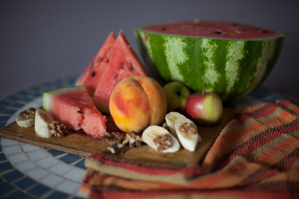 Vor allem offen herum stehendes Obst ist die perfekte Einladung für ungebetene Insekten. Bildquelle: © Roman / Davayposmotrim / Unsplash.com