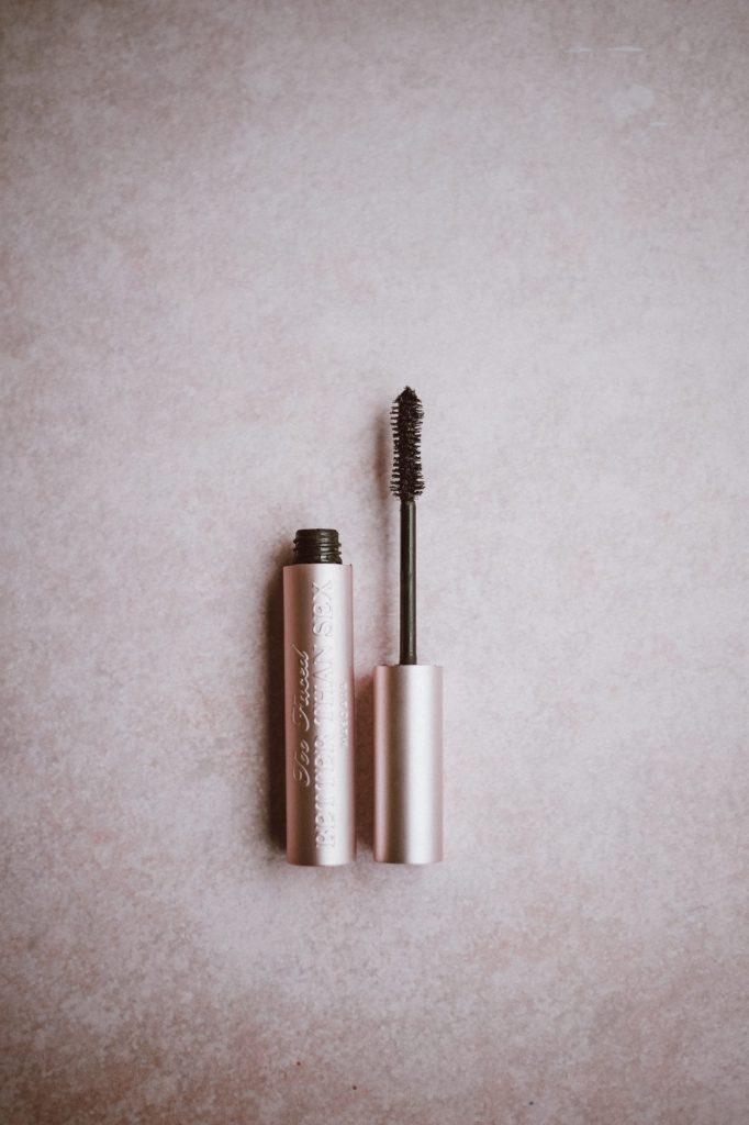 Mit Wimperntusche betont man einfach und schnell die Augenpartie. Bildquelle: © Annie Spratt / Unsplash.com
