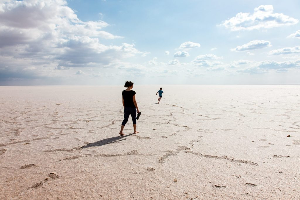 Die gewaltigen Salzseen prägen die Landschaft im Süden Tunesiens. Bildquelle: © Nace Skoda / Unsplash.com