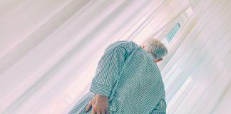 Was tun, wenn der an Demenz erkrankte Mensch auf einmal unruhig hin und her läuft oder gar aggressiv reagiert? Bildquelle: © Vidar Nordli Mathisen / Unsplash.com