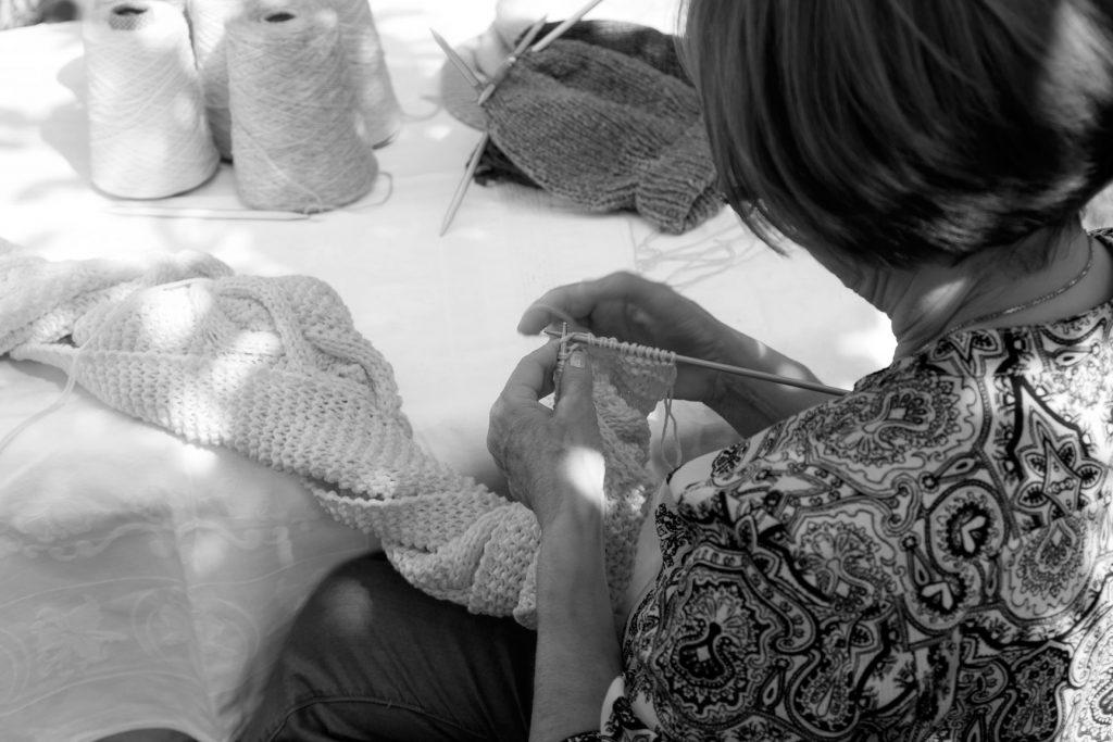 Claudia Schiaretta kennt ihre Strickerinnen persönlich und trifft regelmäßig mit ihnen, um die anstehende Kollektion zu besprechen. Bildquelle: ©Filomontini