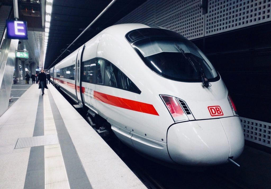 Auch die Deutsche Bahn bietet mit ihrem Mobilitätsservice barrierefreie Reisen durch Deutschland an. Bildquelle: © Daniel Abadia / Unsplash.com