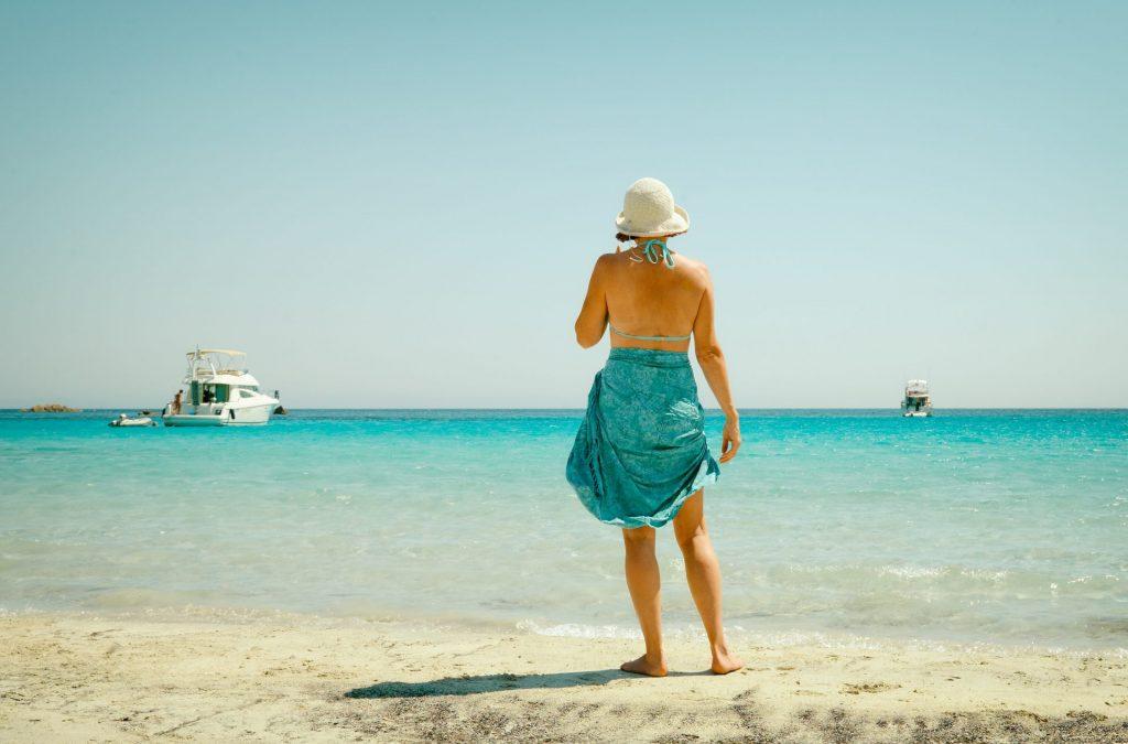 Ein schönes Tuch und ein toller Hut lenken die Blicke ab, von evtl. Problemzonen. Das gilt übrigens für Jung und Alt. Bildquelle: © Vidar Nordli Mathisen / Unsplash.com