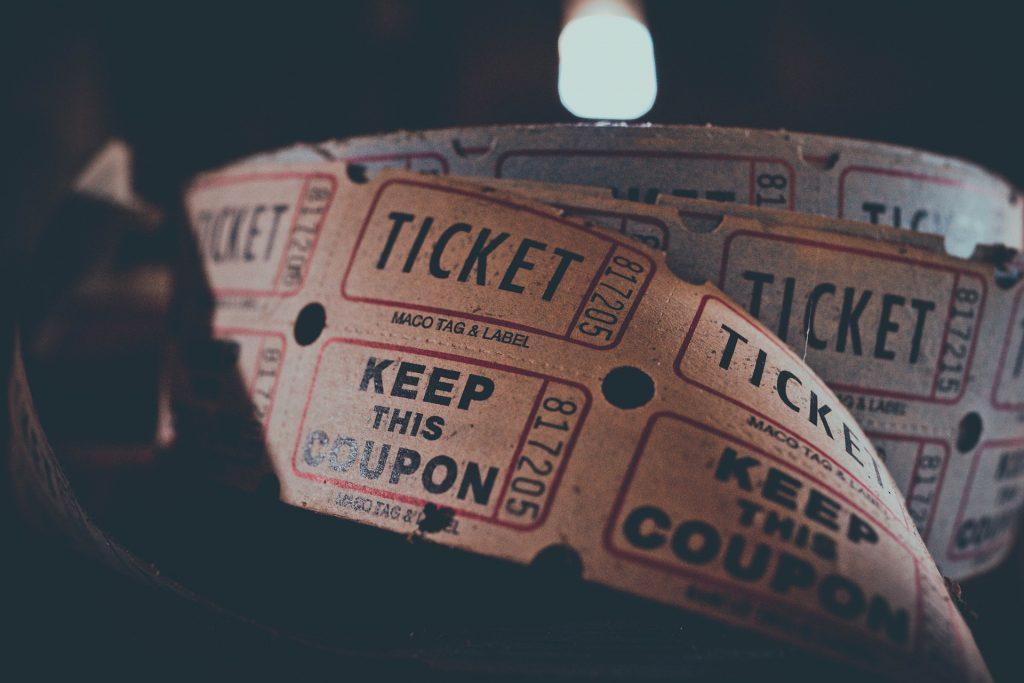 Seien Sie mutig und kaufen Sie einfach mal ein Ticket für ein Konzert, einen Kinobesuch oder einen Museumsbesuch. Es wird ganz bestimmt eine tolle Erfahrung! Bildquelle: © Igor Ovsyannykov / Pixabay