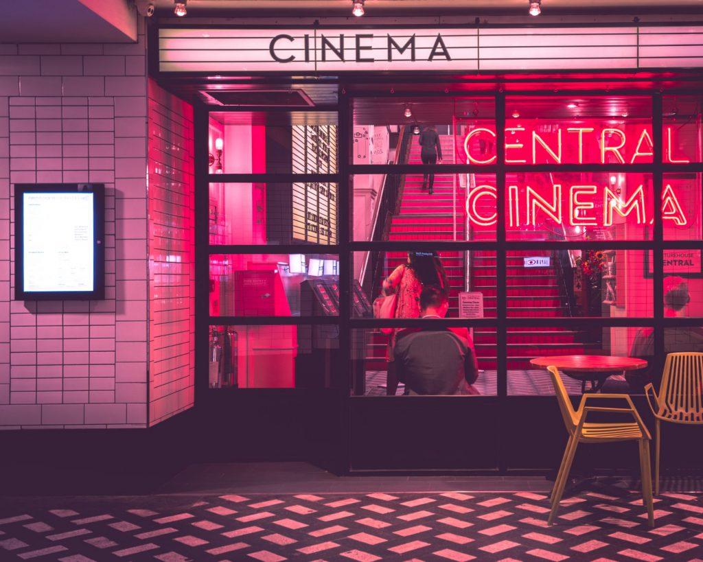 Ein Kino- oder Theaterbesuch können lang verschollene Erinnerungen wach rufen. Bildquelle: © Myke Simon / Unsplash.com