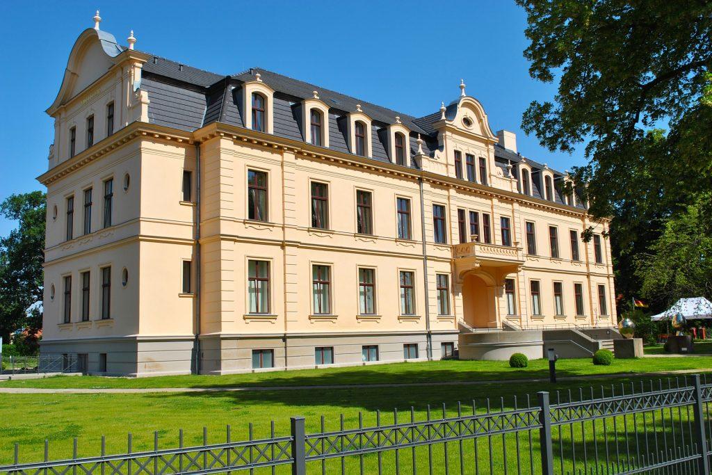 Das frisch renovierte Schloss stellt eines der kulturellen Highlights im Havelland dar. Bildquelle: Pixabay.de